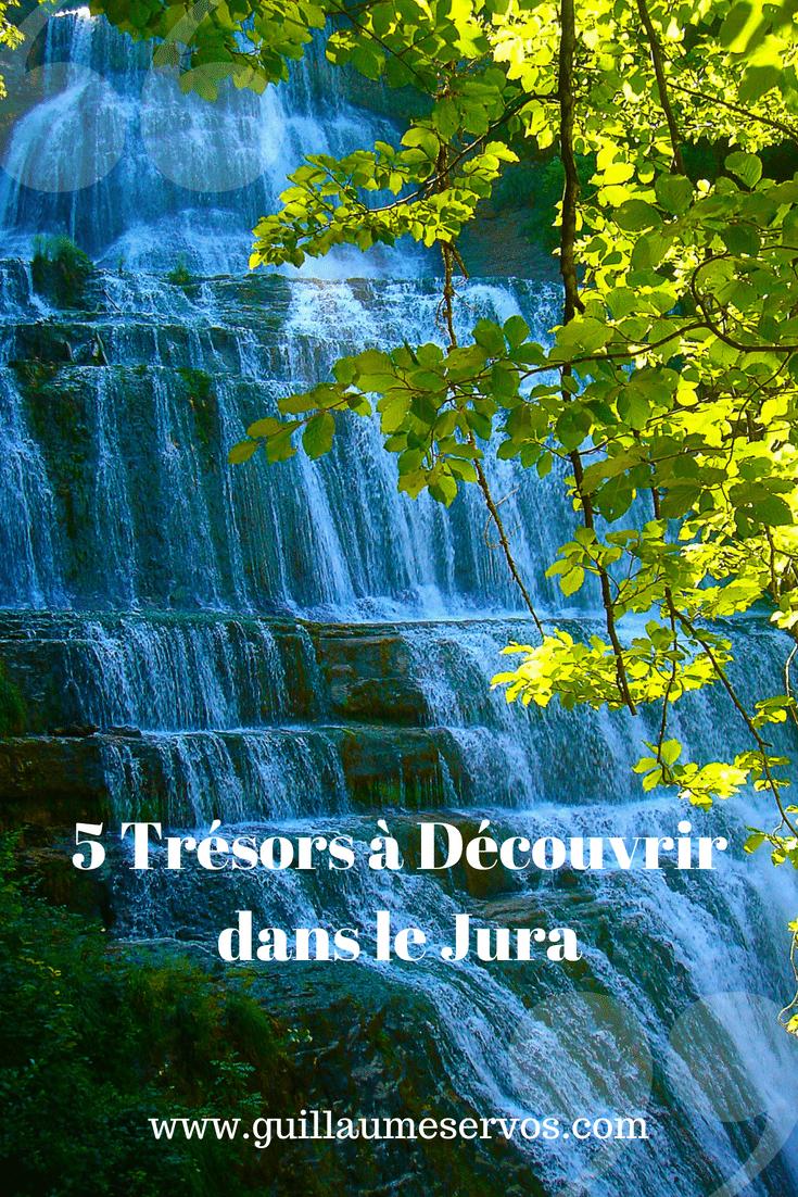 Découvre 5 bonnes raisons de partir dans le Jura : le lac de Vouglans et de Chalain, Baume-les-Messieurs, les cascades du Hérisson, le Comté...
