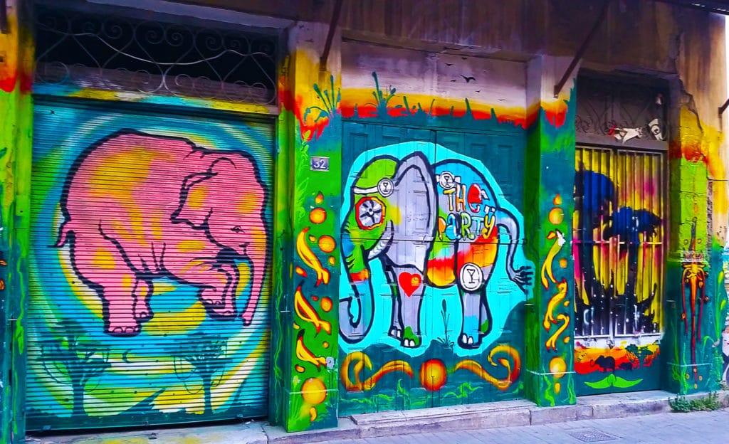 éléphants colorés, street art à Athènes, Grèce