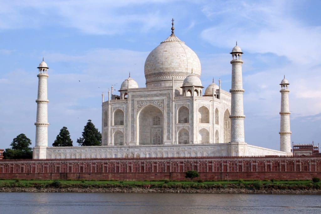 Vue du Taj Mahal de la rive opposé de la Yamuna, Agra, Inde