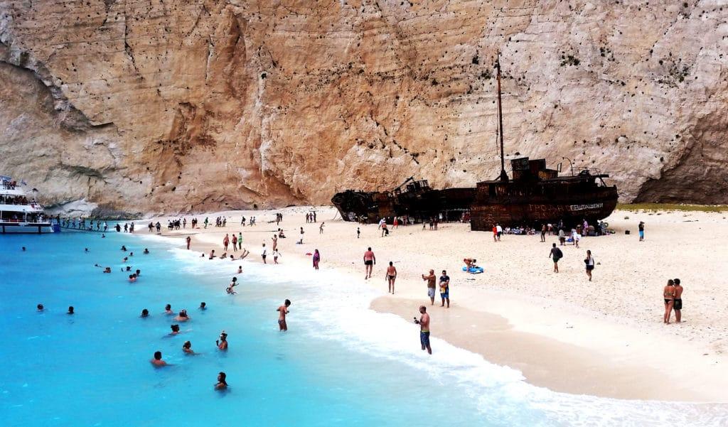La plage du naufrage à Zakyntos ou Zante depuis Skala à Céphalonie ou Kefalonia, Grèce