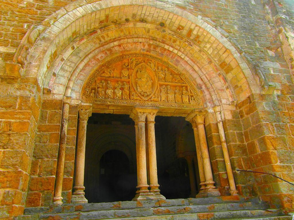 le tympan de l'église Saint-Pierre à Carennac dans le Lot