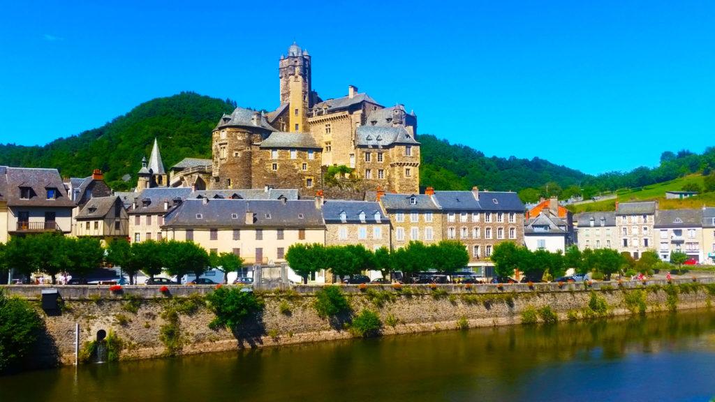 Vue sur Estaing et son chateau, classé plus beaux villages de France, Aveyron