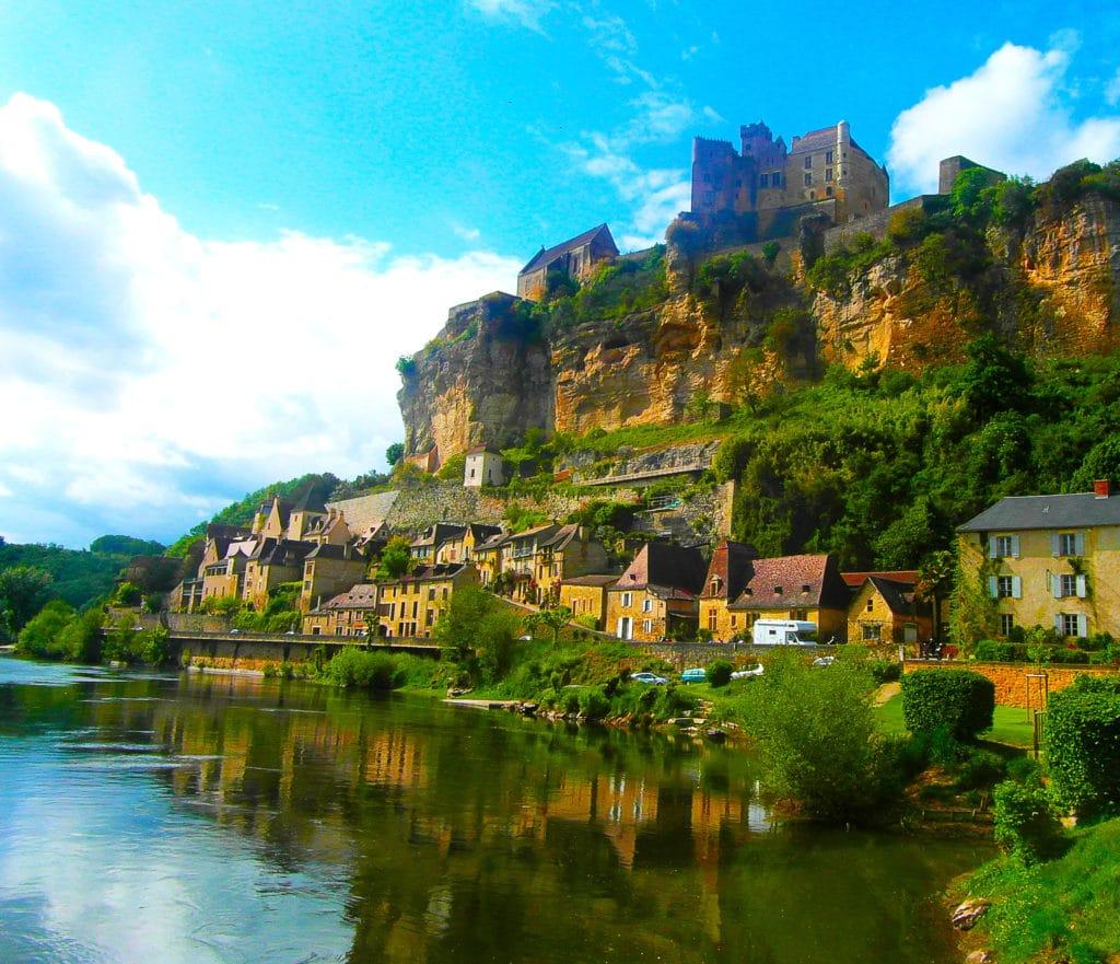 Le village de Beynac et Cazenac au bord de la Dordogne, Périgord noir