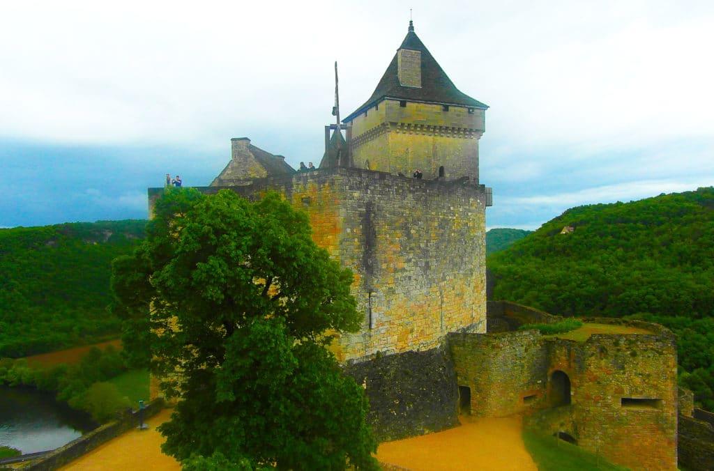 Le château de Castelnaud au bord de la Dordogne dans le Périgord noir