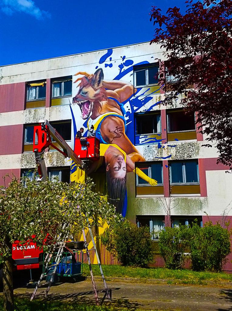 Le street artiste allemand Cos Two en action à la Street Art City de Lurcy-Lévis dans l'Allier