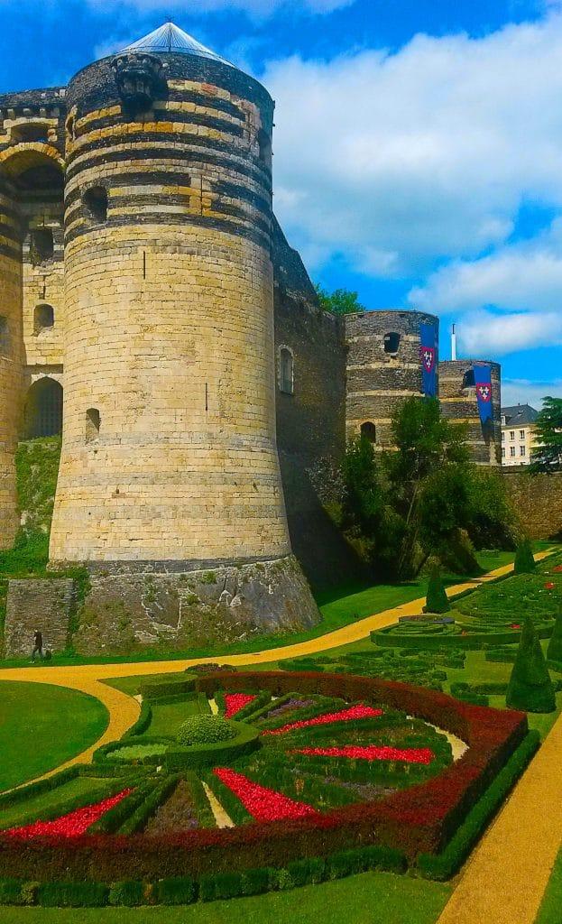 Découvrir Angers et son château, vue sur les jardins à la française.