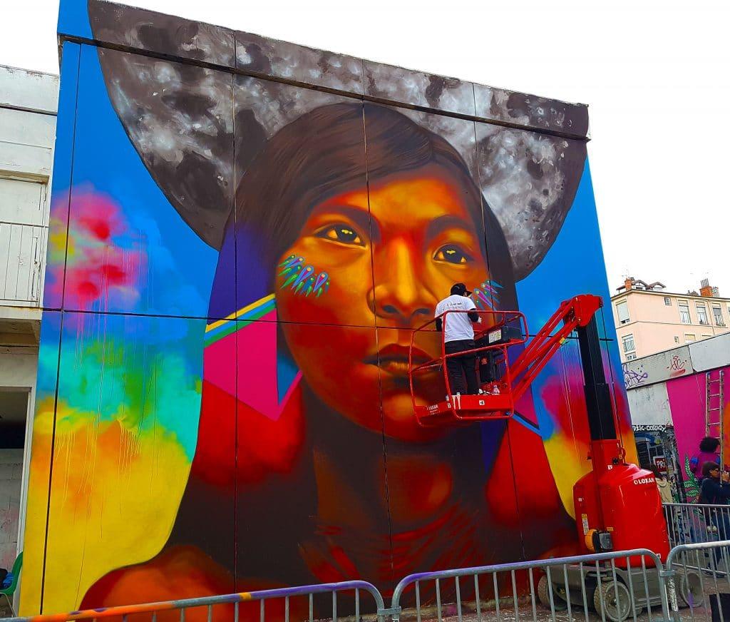 le street artiste colombien Guaché en pleine action au TrubLyon Street Art Festival