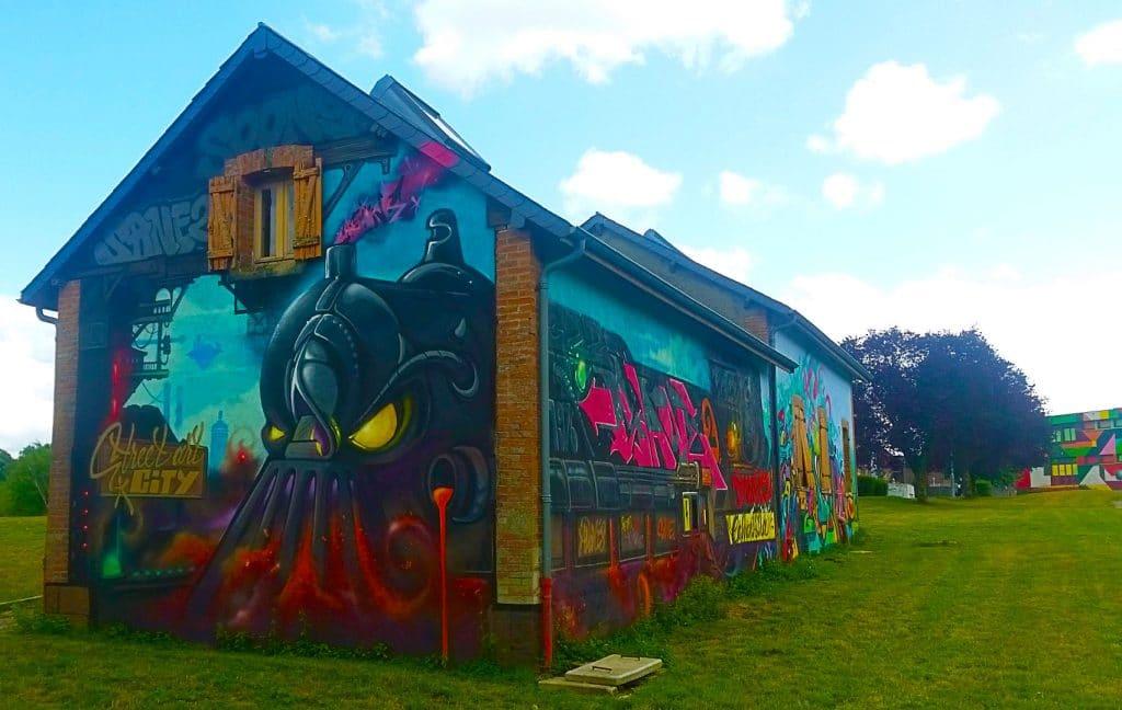"""La Locomotive"" du street artiste Sane 2 à la Street Art City de Lurcy-Lévis."