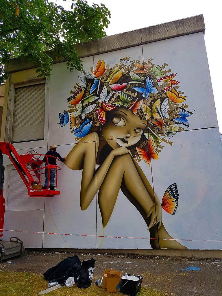 la street artiste française Vinie en pleine action au TrubLyon Street Art Festival.