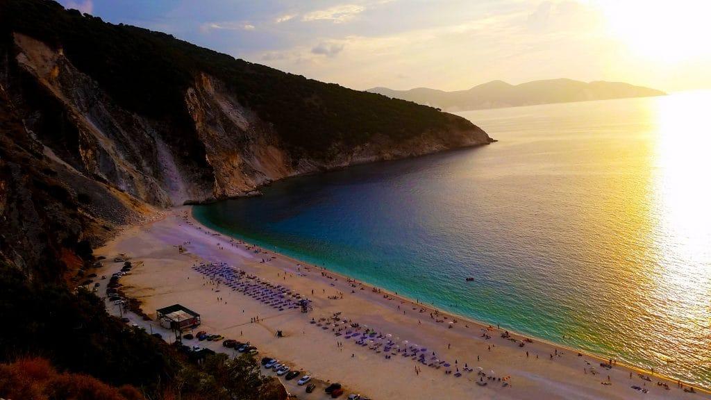 La plage de Myrtos sur l'île grecque méconnue de Céphalonie en Grèce