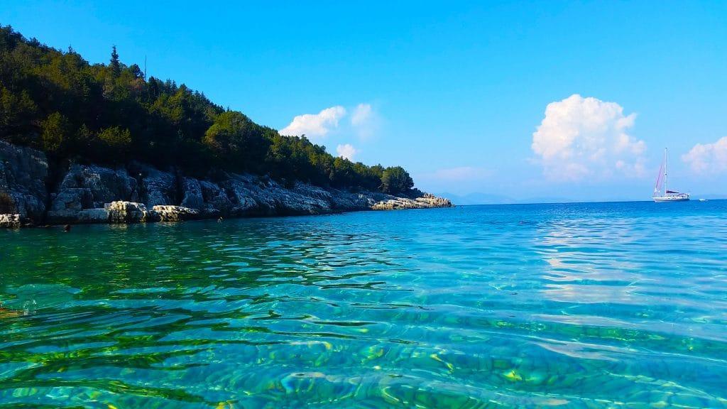 La plage de Daphnoudi forme une merveilleuse plage de galets, ultra sauvage, pas toujours facile à trouver.