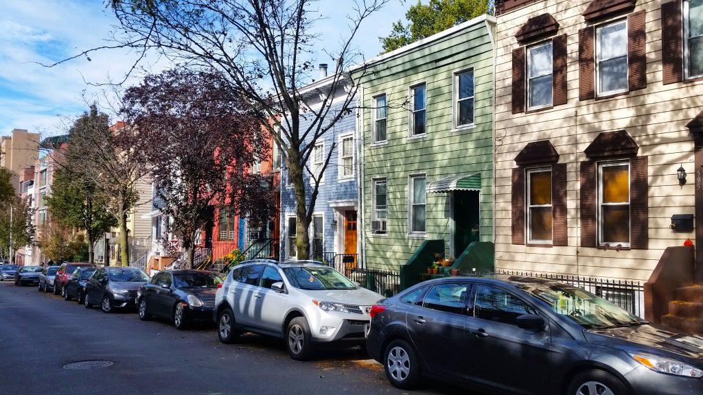 les maisons colorées de Park Slope à Brooklyn, New York. Recette de l'onctueux cheesecake