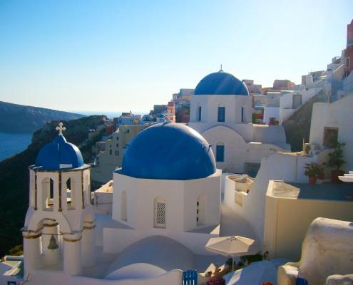 Découvre la sublime île de Santorin ou Santorini dans les Cyclades. Au menu : Fira, Pyrgos, Red Beach, Nea Kameni et les incroyables couchers de soleil Oia.