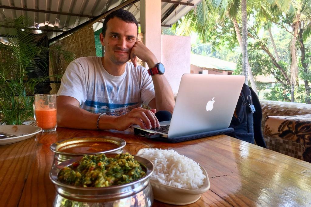 Romain du podcast sur les routes de l'asie, au travail sur la route en Inde