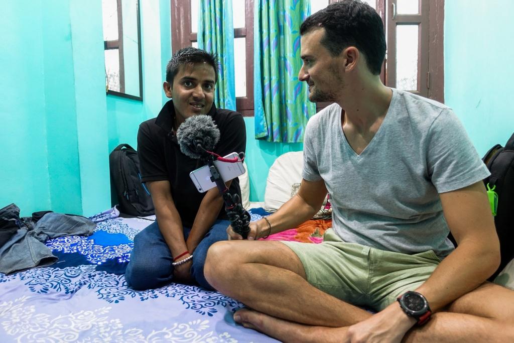 Romain en enregistrement avec Martin pour l'émission Sur les routes de l'asie à Bénarès, podcast