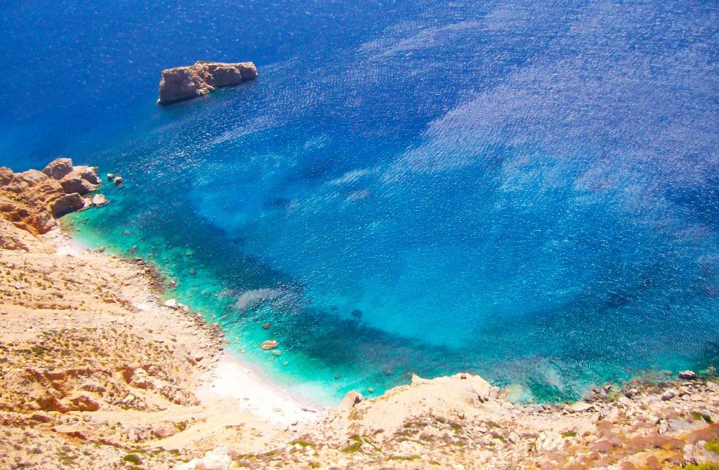L'intensité de bleu des criques d'Agia Anna à Amorgos dans les Cyclades, Grèce