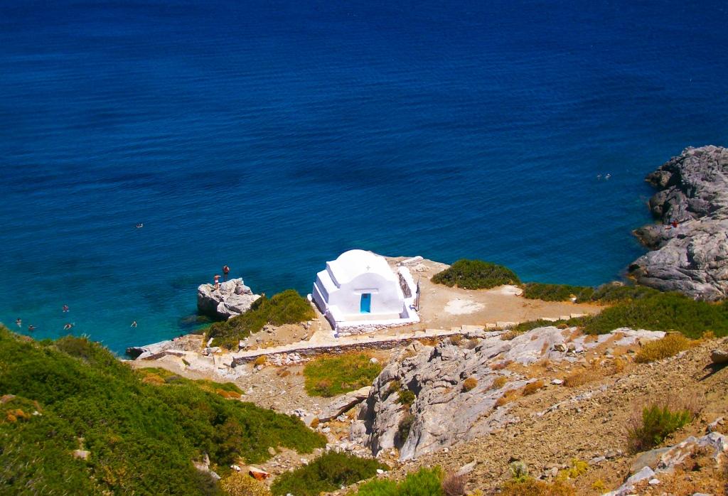 Les criques d'Agiana Anna et sa chapelle sur l'île d'Amorgos dans les Cyclades en Grèce
