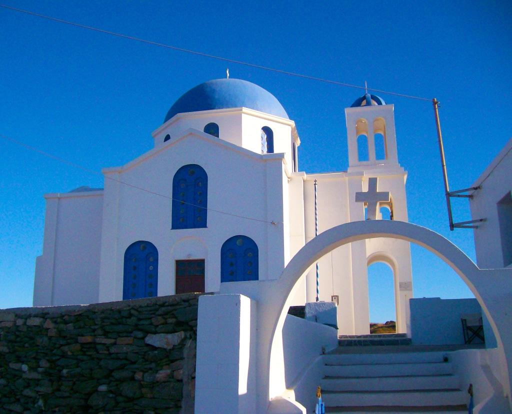 L'église d'Agios Giorgios à Ano Méria sur l'île de Folégandros dans les Cyclades en Grèce