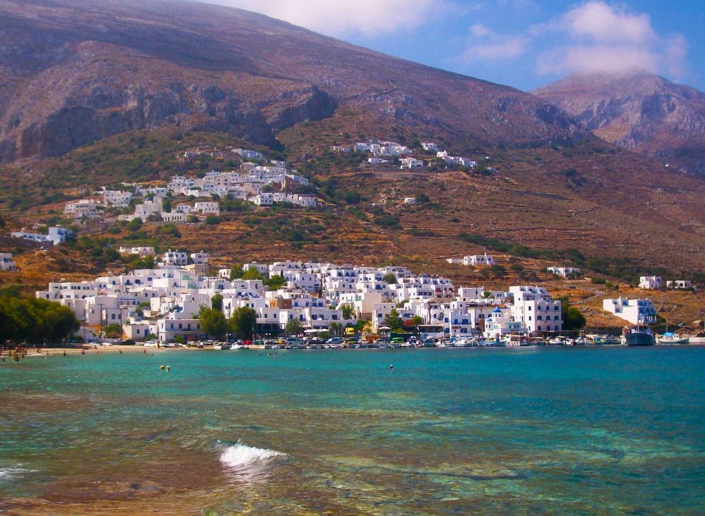 Le village Aigiali dans le nord d(Amorgos dans les Cyclades en Grèce