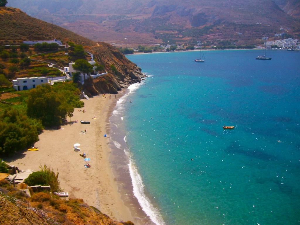 où se baigner près du village d'Aigiali à Amorgos dans les Cyclades en Grèce