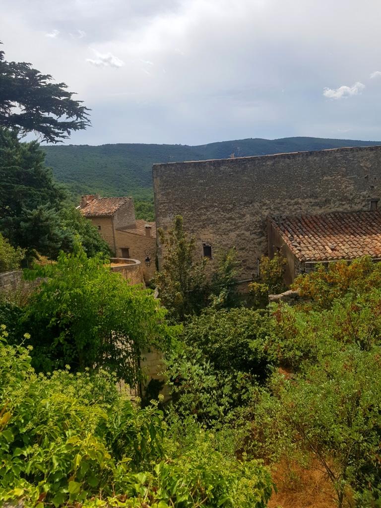 Vue depuis le haut du village de Bonnieux dans le Luberon (Vaucluse, France)