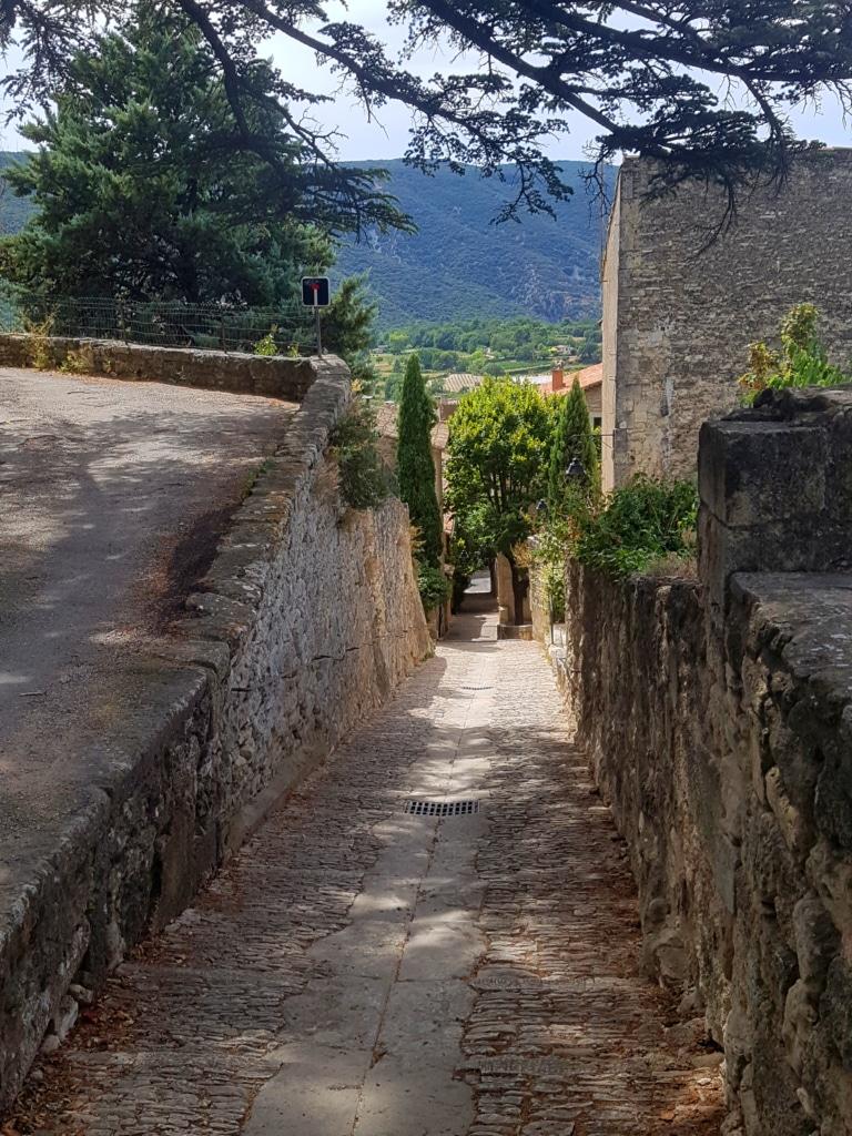 La montée vers l'église de Bonnieux