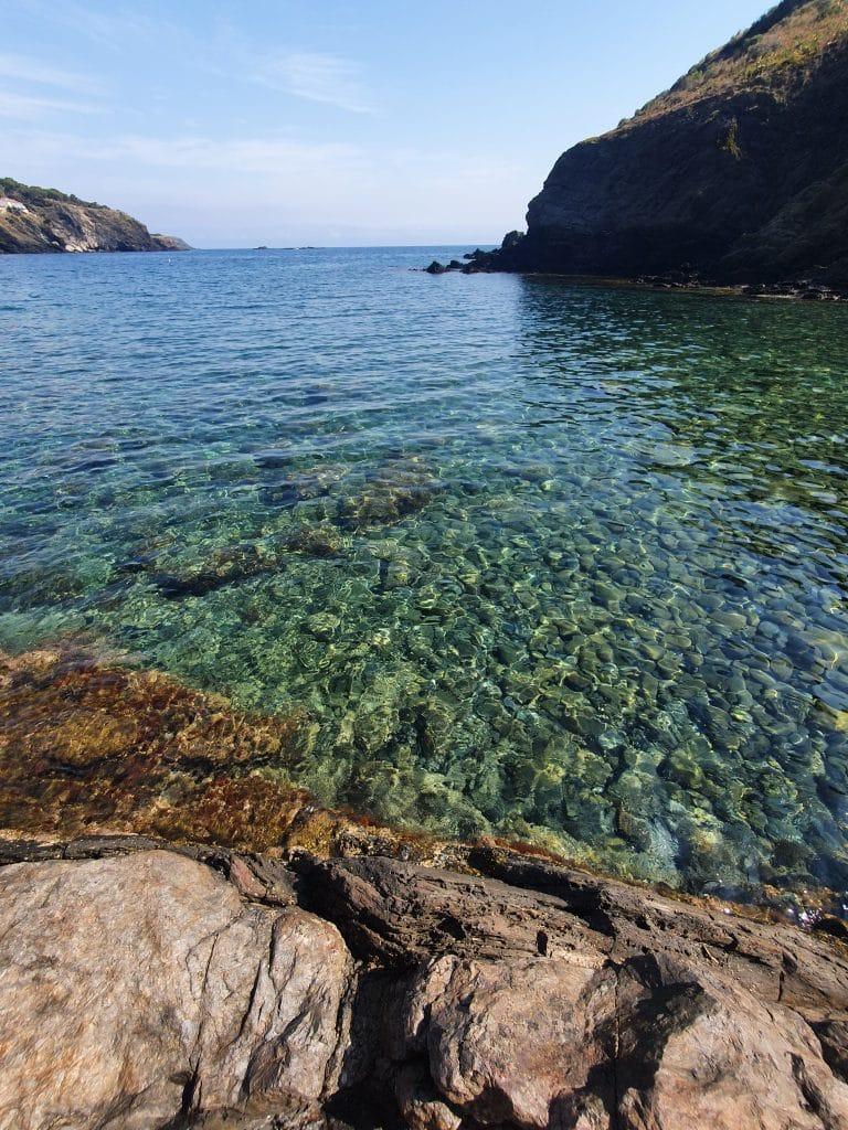 La couleur de l'eau sur la plage Del Cano à Cerbère dans la région de Collioure