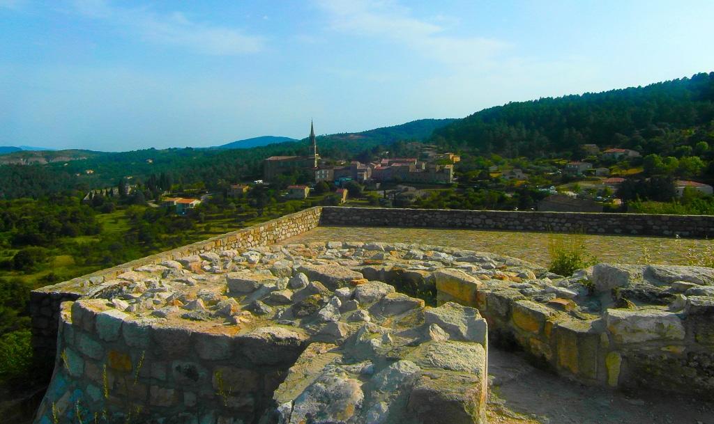 Les ruines du château de Banne dans les 3 promenades incontournables pour découvrir la région des Vans