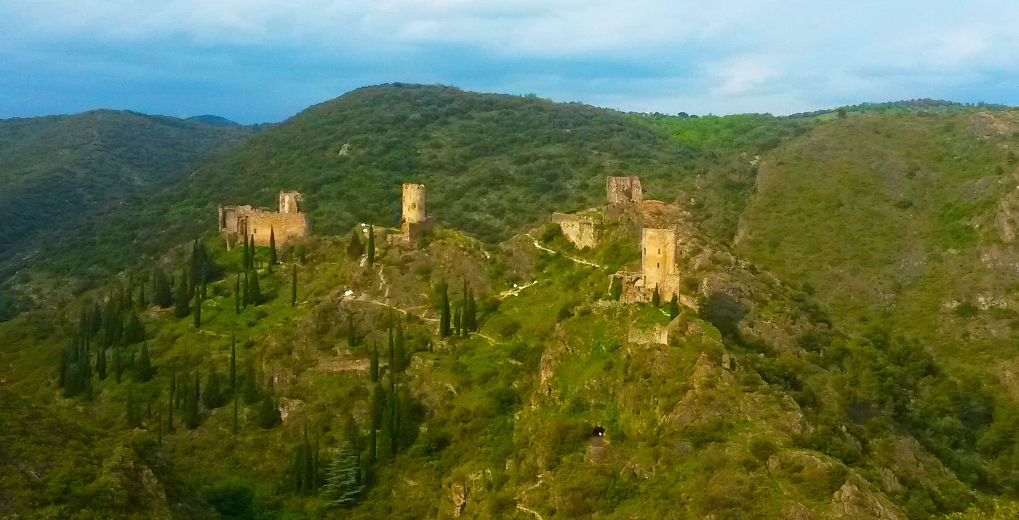 Les châteaux de Lastours près de Carcassonne parmi les 25 lieux incroyables à voir en Europe