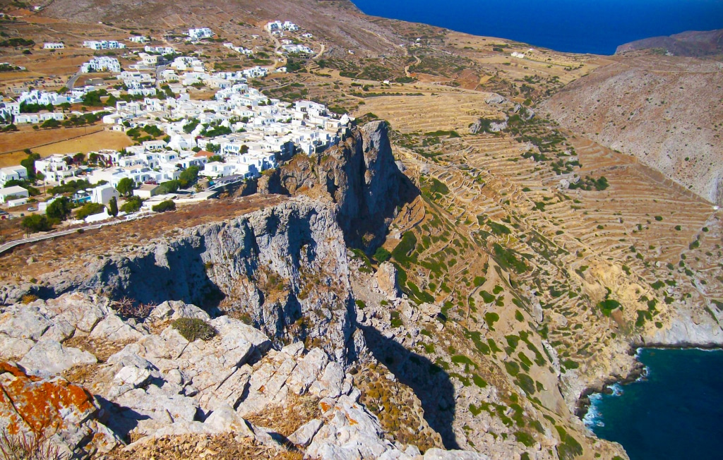 le village de Chora à Folégandros (Grèce) construit au ras de la falaise, à 200 m au dessus de la mer