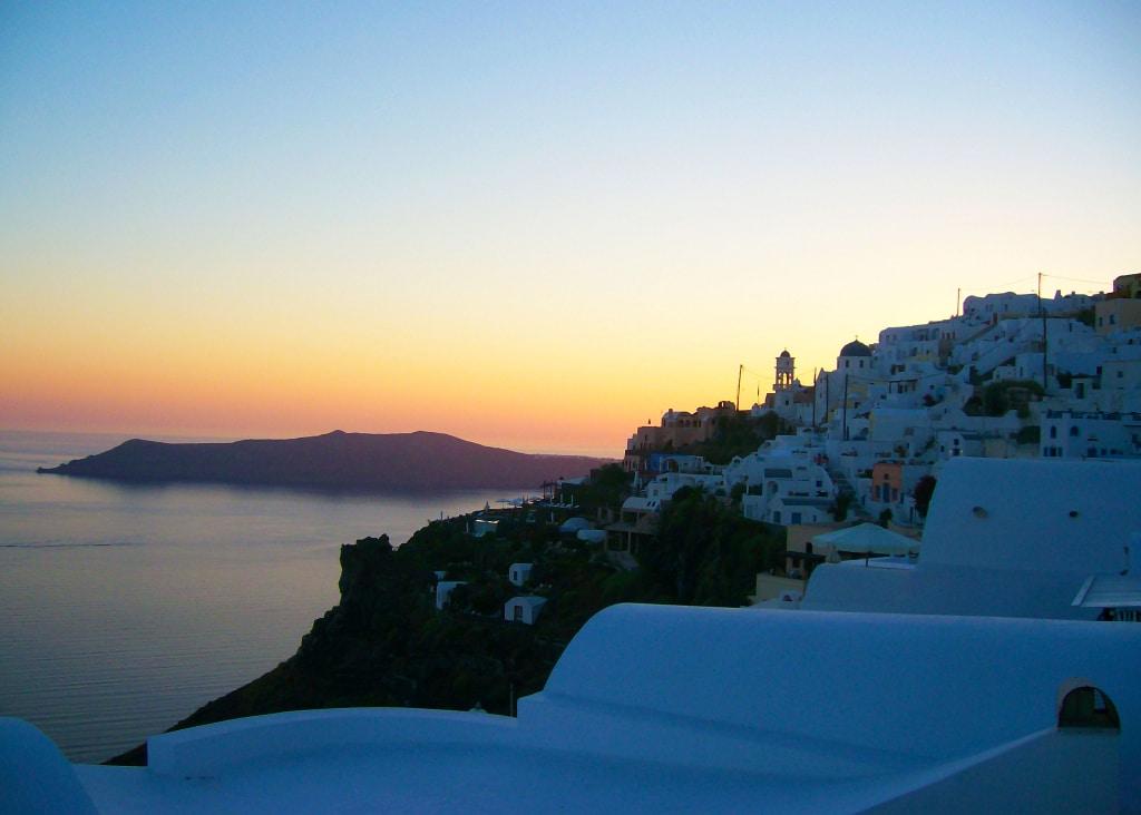 Le coucher de soleil depuis le village Oia sur l'île de Santorin dans les Cyclades en Grèce