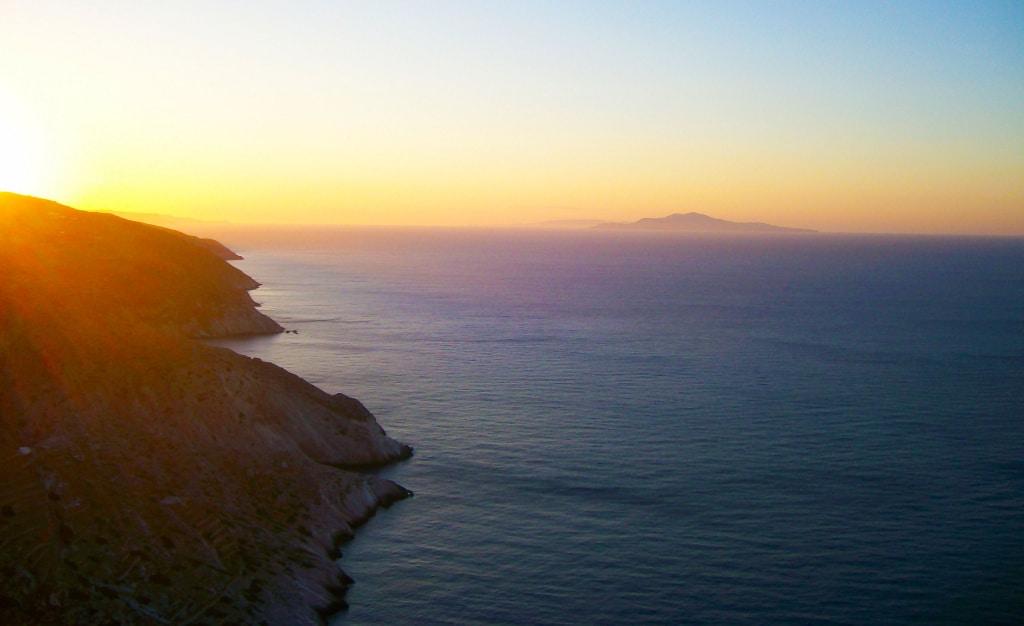 La coucher de soleil depuis la Kastro de Chora à Folégandros, Grèce