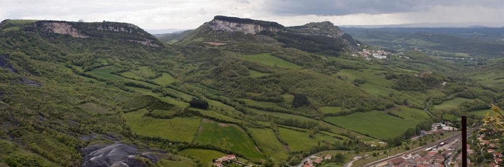 Vue depuis le haut du village de Roquefort-sur-Soulzon