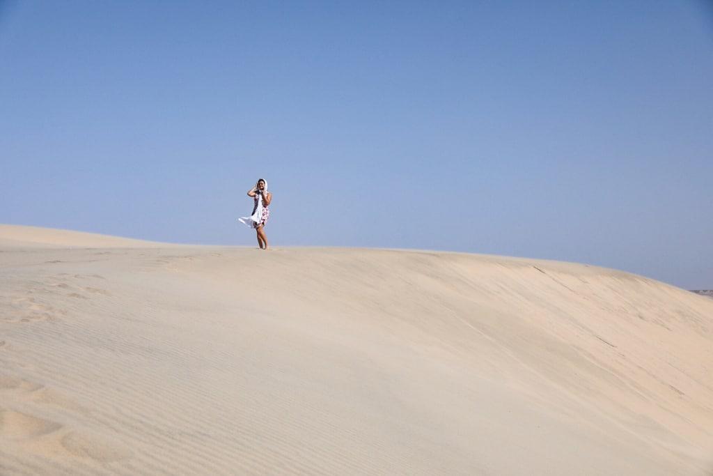 Ariane du blog voyage Itinera Magica sur les dunes de Dakhla au Maroc