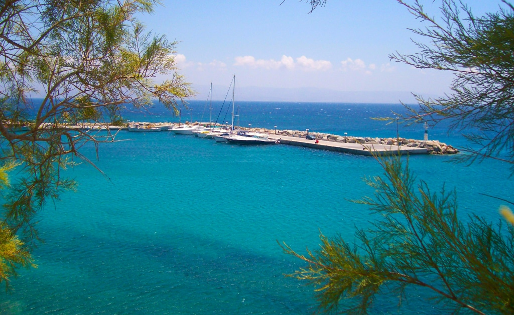 La digue de Logaras ou de Pisso Livadi sur l'île de Paros dans les Cyclades en Grèce
