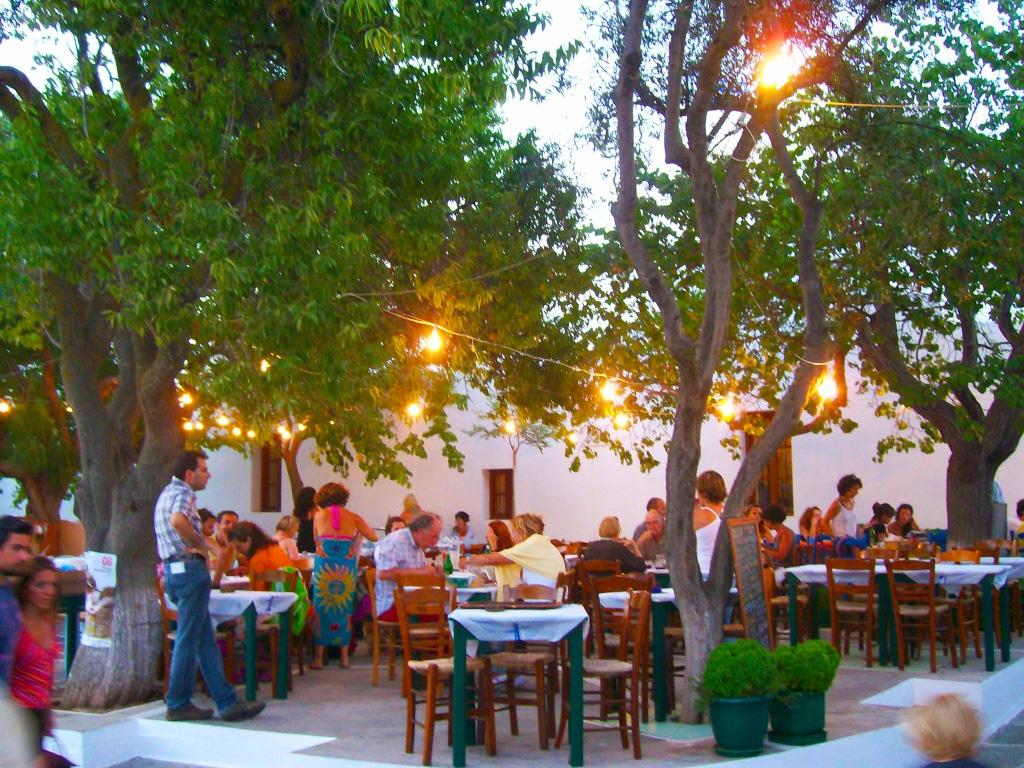 Restaurants à Chora sur l'île de Folégandros dans les Cyclades en Grèce