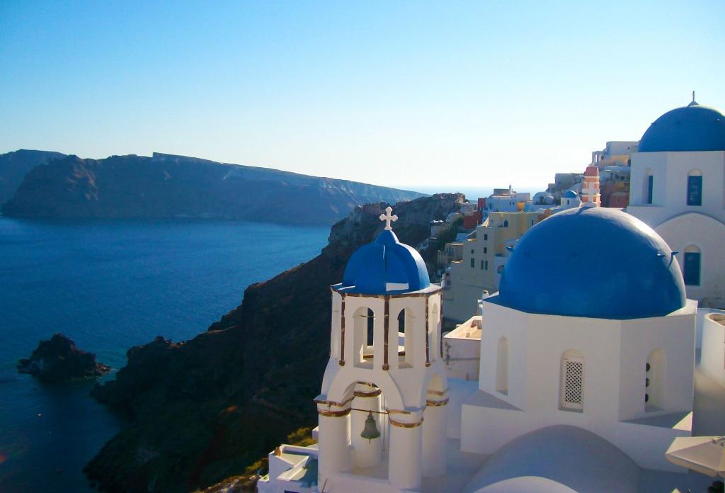 les domes bleus des églises du village d'Oia sur l'île de Santorin dans les Cyclades en Grèce