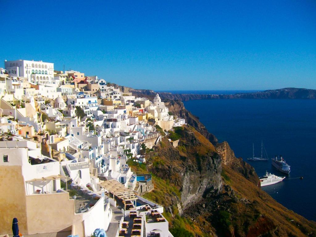 vue depuis le haut de Fira, la capitale de l'île de Santorin dans les Cyclades en Grèce