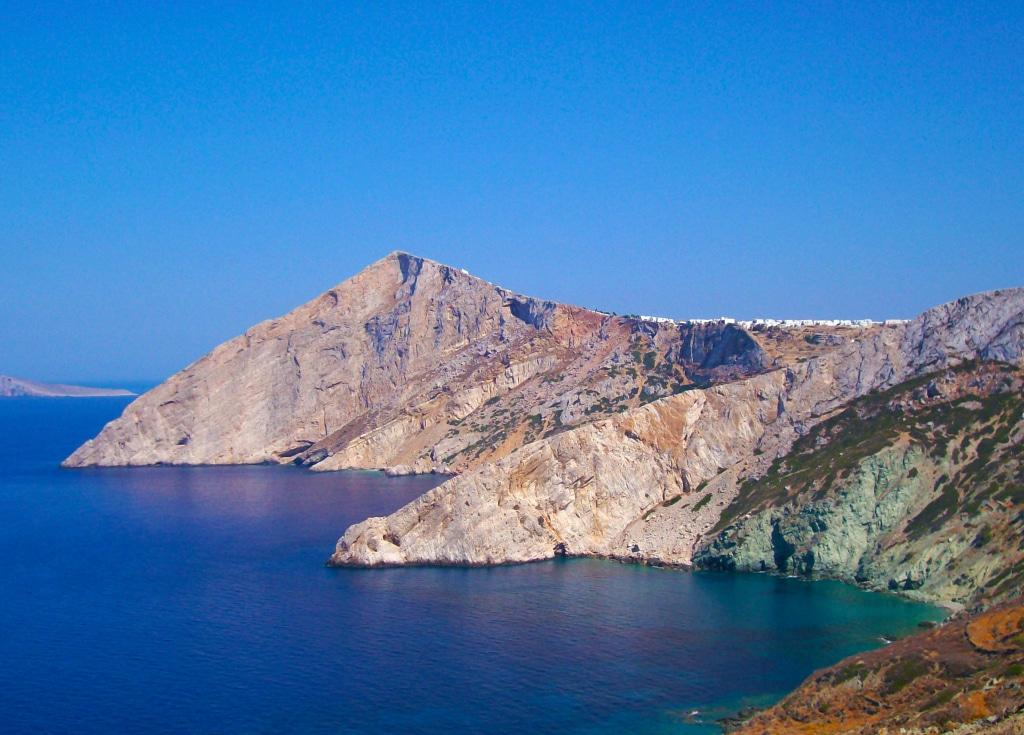 La sublime île de Folégandros dans les Cyclades en Grèce parmi les 25 lieux incroyables en Europe que tu ne connais pas