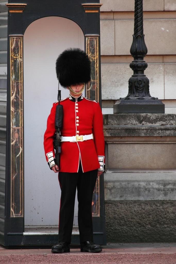 Un garde devant Buckingham Palace, anecdotes insolites sur Londres