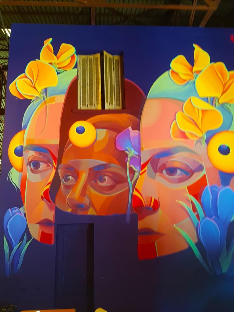 GLeo vient de Cali (Colombie). Elle a commencé à peindre à 17 ans et se passionne vite pour les cultures ancestrales et l'art primaire d'Amérique du sud.
