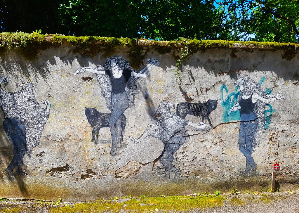 la femme-mouton de la street artiste Hyuro, 37 rue de Fontaine Écu à Besançon (France)