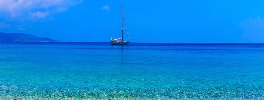 Découvre toutes les choses cool que tu peux faire à pied, en vélo ou en bateau à Ithaque (Grèce). Au menu : les plages de Gidaki, Filiatro-Sarakiniko, les villages de Vathi et Kioni…
