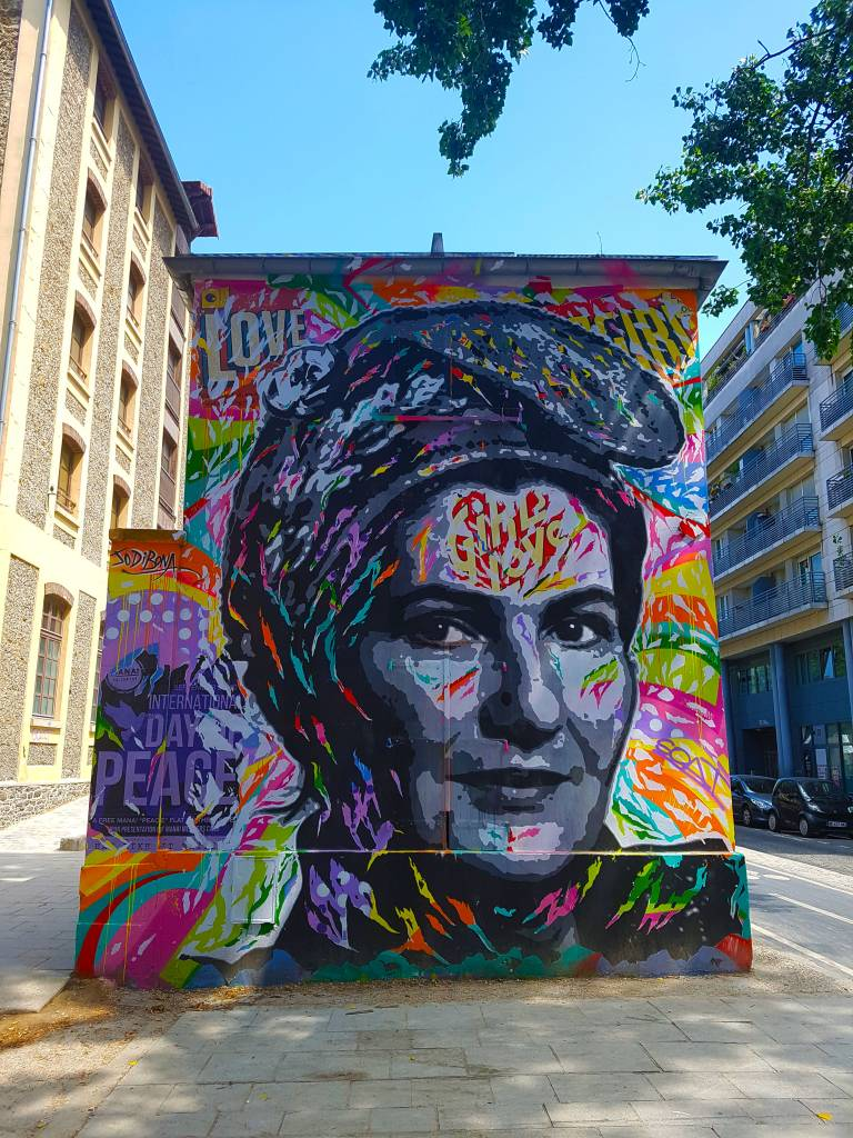 Jo Di Bonna et son portrait pop graffiti de Simone Veil, street art Paris.