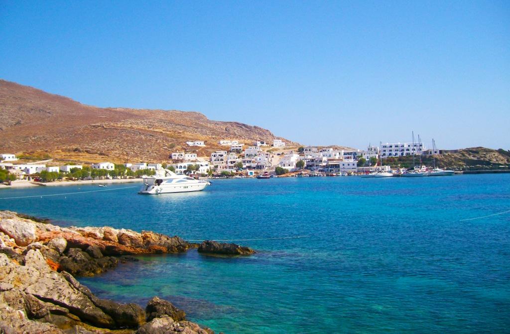 Le port et la plage de Karavostassi sur l'île de Folégandros das les Cyclades en Grèce