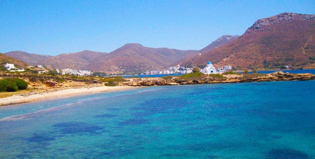 En chemin pour aller se baigner à Katapola, Amorgos, Grèce