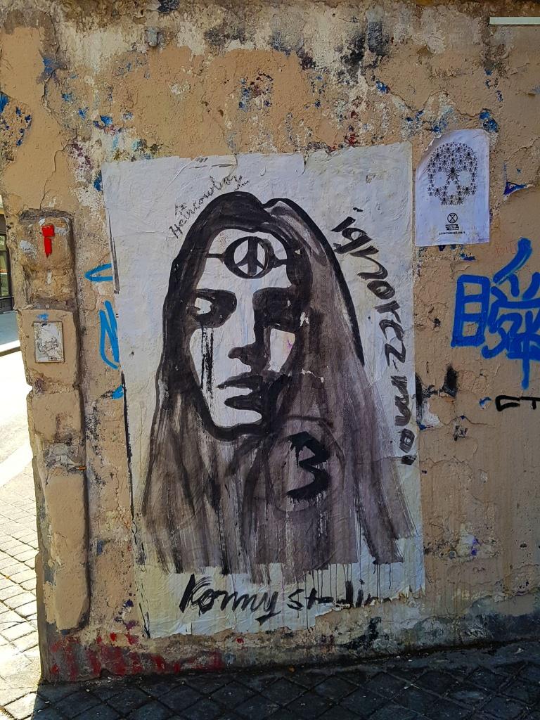 La street artiste Konny Steding dans les rues du Marais à Paris.