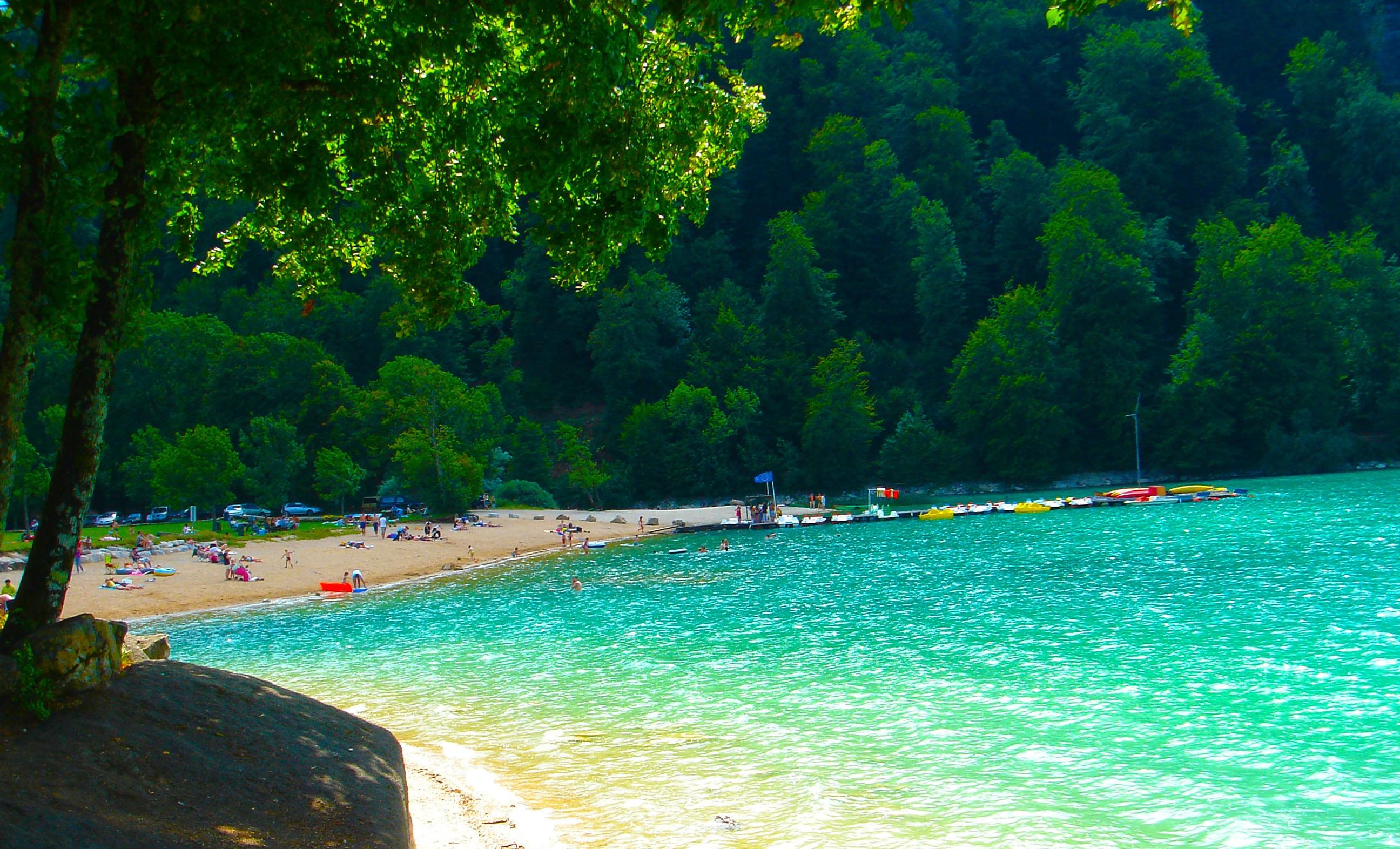 le lac de Chalain dans le Jura parmi les 25 lieux incroyables en Europe que tu ne connais pas