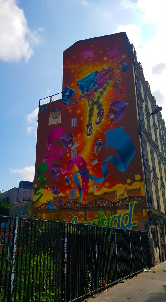 Membre du collectif (crew) parisien MAC, Lazoo s'inspire de l'univers de la bande dessinée et du graffiti new yorkais des années 1980.