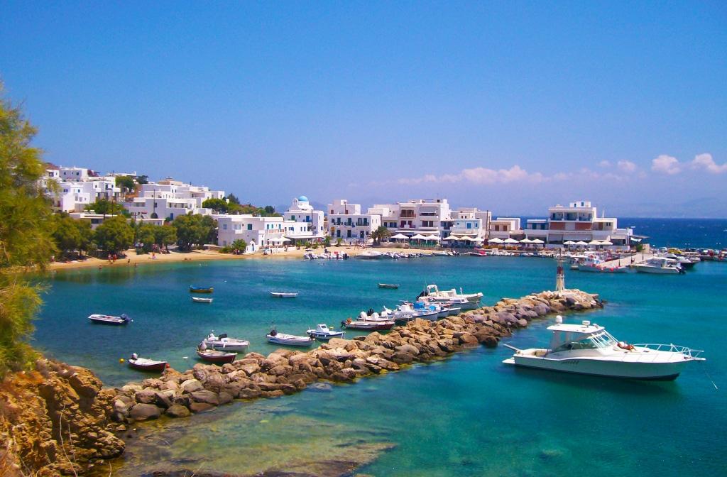 La plage de Logaras sur l'île de Paros dans les Cyclades en Grèce